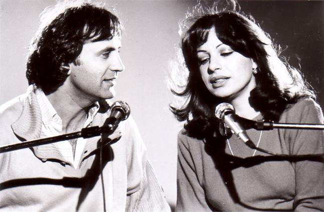 Κατά τη δεκαετία του  70 η Χάρις Αλεξίου εμφανίζεται σε μπουάτ στην Πλάκα  ανοίγοντας τον δρόμο σε έναν νέο τρόπο παρουσίασης των τραγουδιών bf971190a29