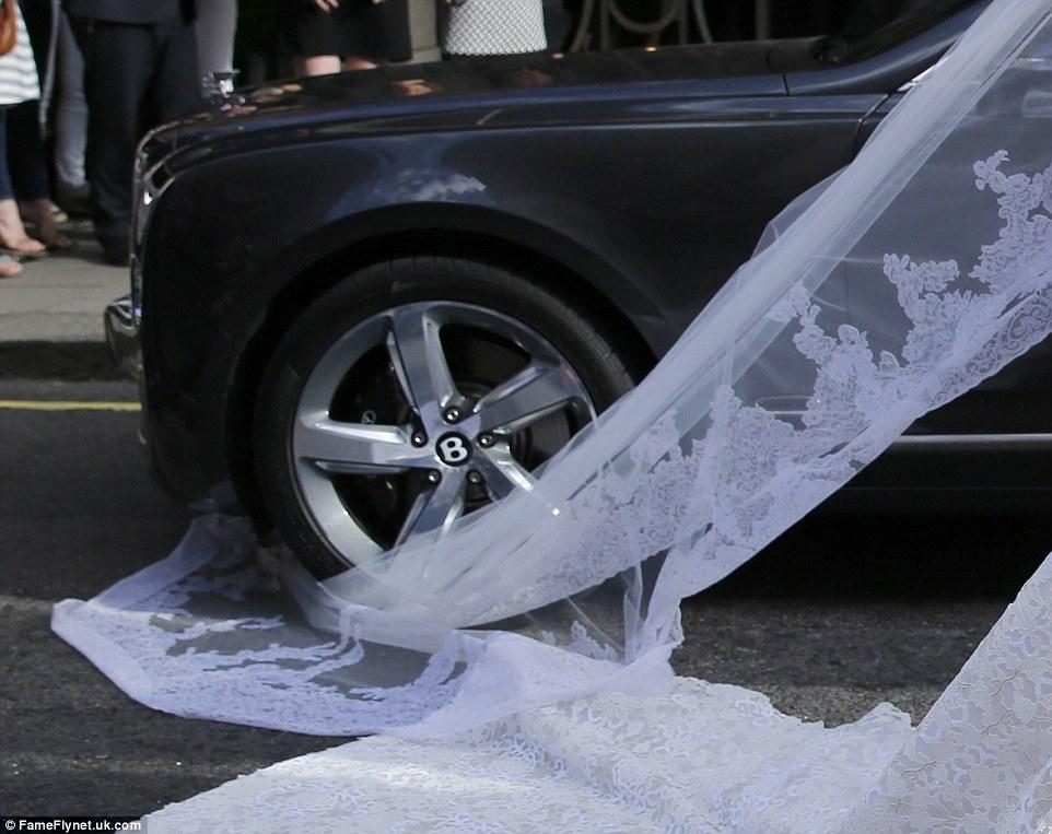 28377b4fa1ee το 50.000 λιρών Valentino Couture νυφικό πιάστηκε στην Bentley ενώ πολλές  φορές κατά την διάρκεια του γάμου και της δεξίωσης η νύφη χρειάστηκε την  βοήθεια ...