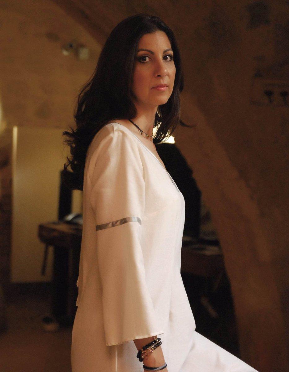 713151ad290 Οι υψηλής αισθητικής και ποιότητας χειροποίητες τσάντες της και τα καφτάνια  της απευθύνονται σε γυναίκες που αναζητούν την ιδιαίτερη σύνδεση της  παράδοσης ...