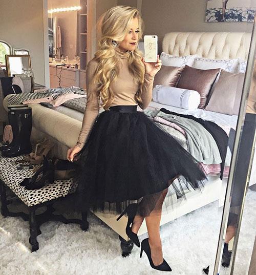 d5c410625c28 Chic σύνολο με μαύρη τούλινη και φουσκωτή μίντι φούστα, μπεζ εφαρμοστό  μπλουζάκι ζιβάγκο και μαύρες γόβες.