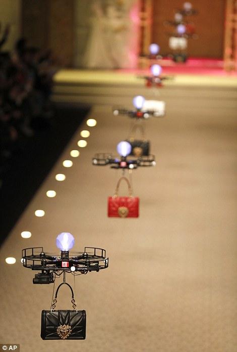 b1e444292b H επίδειξη μόδας της χρονιάς έγινε με drone  Τσάντες πετούσαν πάνω ...