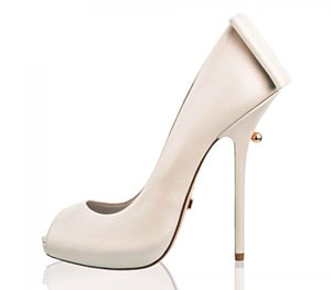 0b8f4a1bc37 ... να ζήσει έναν παραμυθένιο γάμο. Σε αυτή την περίπτωση τα παπούτσια που  θα επιλέξει είναι οι γόβες και τα πέδιλα. Νυφικά παπούτσια απλά ή  διακοσμημένα με ...