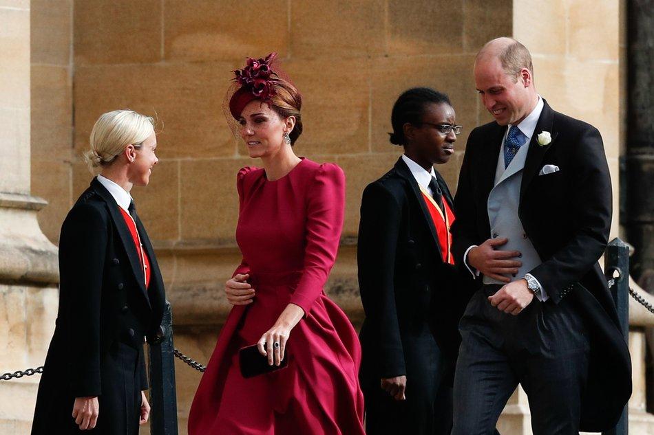 d74d2c30265 Ένα φούξια φόρεμα επέλεξε να φορέσει η Κέιτ Μίντλετον στο γάμο της  πριγκίπισσας Ευγενίας, επισκιάζοντας την Μέγκαν Μαρκλ που ντύθηκε πιο  συντηρητικά.