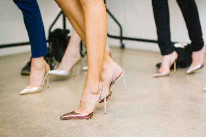 6f07a312269 Ρίξτε μια ματιά και θα διαπιστώσετε τι κάνετε σωστά όταν φοράτε τα τακούνια  σας και ποια είναι τα συχνά λάθη που πρέπει να αποφεύγετε, σύμφωνα με το ...