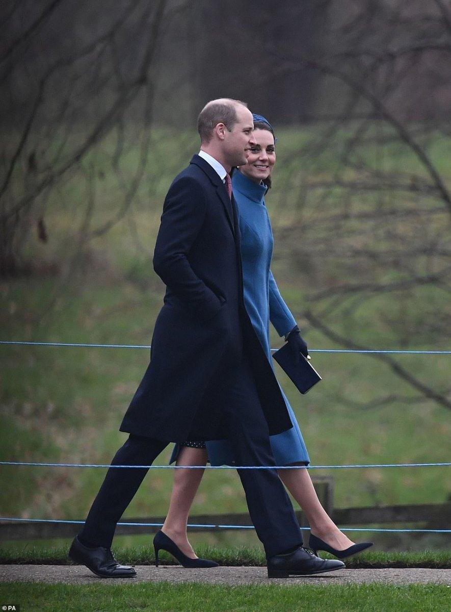 Η Κέιτ επέλεξε συνόδευσε τον πρίγκιπα Ουίλιαμ στη λειτουργία φορώντας ένα  υπέροχο μπλε ρουά παλτό της Catherine Walker  ab76589aa9f