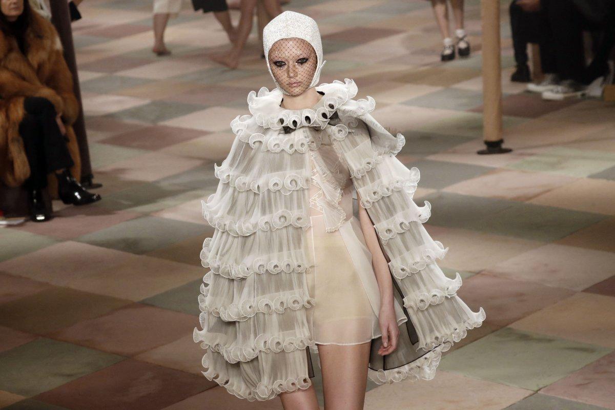 4fd4cde12266 Dior Haute Couture 2019  Μια επίδειξη μόδας από κλόουν και ακροβάτες ...