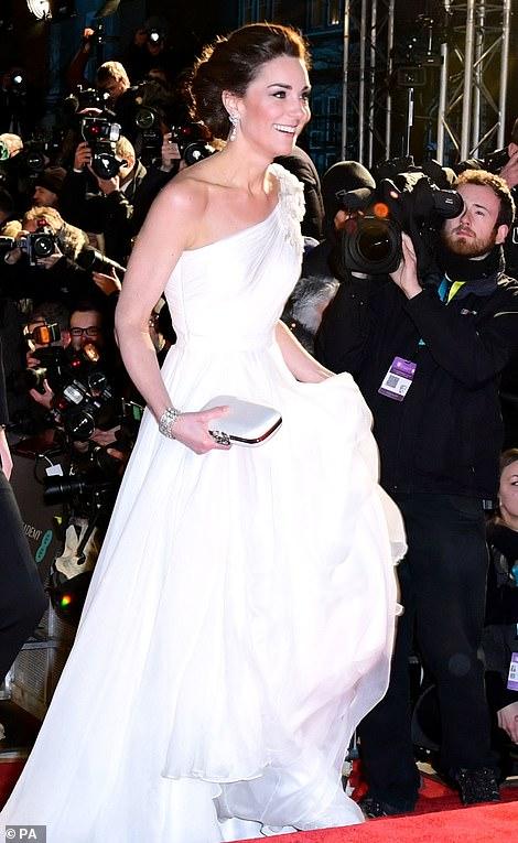 219cbcce4a Η Κέιτ Μίντλετον εμφανίστηκε με τον πρίγκιπα Ουίλιαμ στα βραβεία BAFTA με  ονειρική αρχαιοελληνική τουαλέτα Alexander McQueen