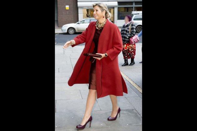 Τα θαυμάσια κόκκινα πανωφόρια των εστεμμένων κυριών της Ευρώπης  Από ... 9544deb06d3