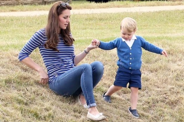 00e3bff2af3 Επιτέλους ο πρίγκιπας George σαν όλα τα παιδιά: Με την μαμά & τη γιαγιά του  στο πάρκο