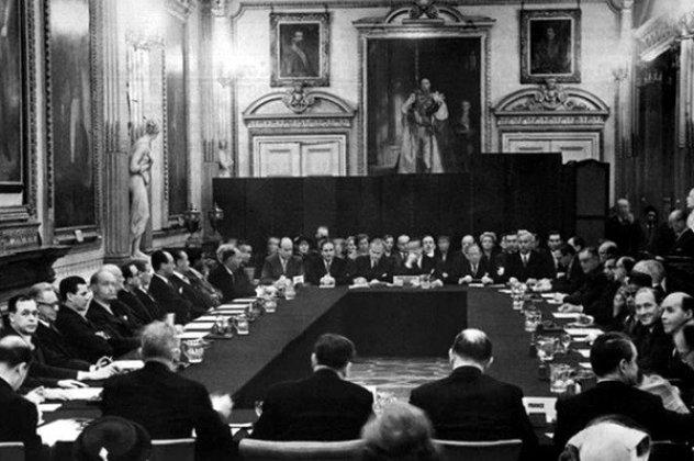 Αποτέλεσμα εικόνας για Σαν σήμερα το 1953, η Ελλάδα διέγραψε το χρέος της Γερμανίας