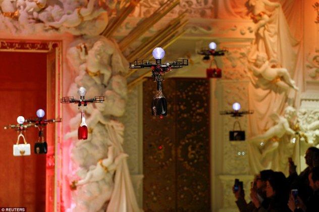 64846f6e47 Η πασαρέλα κατακλύστηκε από... drones τα οποία μετέφεραν τις νέες τσάντες  του οίκου Dolce and Gabbana κυριολεκτικά πάνω από τα κεφάλια όσων  παρακολούθησαν ...