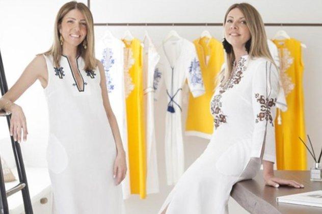 7fea3d4cc1d Καφτάνια, φορέματα, shirt dresses, σορτς, παρεό, πετσέτες και τσάντες που  διαφημίζουν με τον πιο stylish τρόπο το ελληνικό καλοκαίρι.