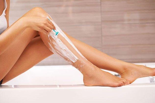Μια από τις πιο διαδεδομένες μεθόδους αποτρίχωσης είναι το ξύρισμα ποδιών.  Πολλές είναι οι γυναίκες που το προτιμούν γιατί γίνεται γρήγορα και δεν  πονάει 2a43ab2765f
