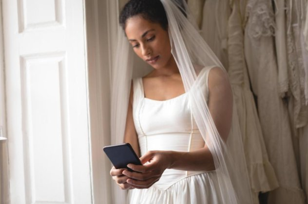 c65e053d17 Η νύφη ξεφτίλισε τον γαμπρό την ώρα του γάμου  Άρχισε να διαβάζει τα ...