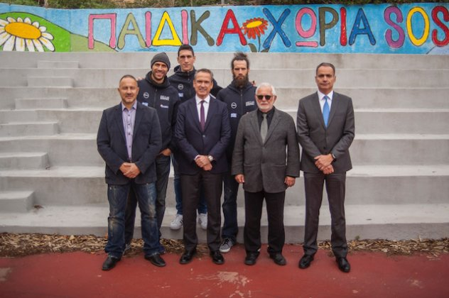 Από αριστερά προς τα δεξιά  Οι παίκτες της Εθνικής Ομάδας Μπάσκετ   Παναγιώτης Βασιλόπουλος 3df0eea46af
