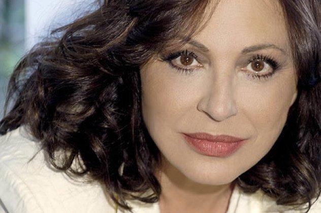 Γεννήθηκε στη Θήβα στις 27 Δεκεμβρίου του 1950 και από το 1958 ζει στην  Αθήνα.Είναι μία από τις δημοφιλέστερες Ελληνίδες τραγουδίστριες και  βρίσκεται στην ... 9018c007f5b