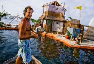 Η απίθανη ιστορία του Richard: Έφτιαξε το δικό του νησί  - Επιπλέει πάνω σε 150.000 μπουκάλια ανακύκλωσης - Κυρίως Φωτογραφία - Gallery - Video