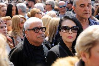 Σπαραγμός στην κηδεία του πολυαγαπημένου ηθοποιού Στάθη Ψάλτη - Ποιοι συνάδελφοί του τον αποχαιρέτησαν (Φωτό - Βίντεο) - Κυρίως Φωτογραφία - Gallery - Video