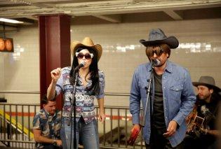Βίντεο: Η πιο μεγάλη έκπληξη στο μετρό της Νέας Υόρκης: Jimmy Fallon & Miley Cyrus τραγουδούν μεταμφιεσμένοι αλλά... - Κυρίως Φωτογραφία - Gallery - Video