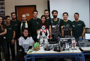 Παιδιά ιδιοφυΐες - Φοιτητές έφτιαξαν ρομπότ που τραγουδάει τα  κάλαντα και στολίζει το Χριστουγεννιάτικο δέντρο! (ΒΙΝΤΕΟ) - Κυρίως Φωτογραφία - Gallery - Video
