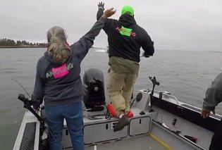Καρέ που σοκάρουν! Γλυκός ψαράς χαιρετά ταχύπλοο που... βρίσκεται εκτός ελέγχου & πέφτει πάνω του (ΒΙΝΤΕΟ) - Κυρίως Φωτογραφία - Gallery - Video