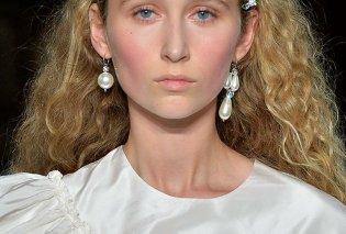 Αθάνατες πέρλες! 10 υπέροχα σκουλαρίκια με τα διαχρονικά μαργαριτάρια πάντα της μόδας (ΦΩΤΟ) - Κυρίως Φωτογραφία - Gallery - Video