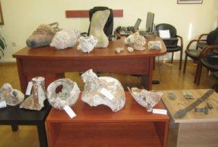 Ζευγάρι Γερμανών συνταξιούχων συνελήφθη για αρχαιοκαπηλία- Δεκάδες αρχαία αντικείμενα & όπλα βρέθηκαν στην κατοχή τους - Κυρίως Φωτογραφία - Gallery - Video