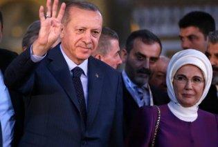 Ο Ερντογάν προκαλεί και πάλι- Χαιρέτησε υψώνοντας τα 4 δάχτυλά του μέσα στην Αγιά Σοφιά (ΦΩΤΟ - ΒΙΝΤΕΟ) - Κυρίως Φωτογραφία - Gallery - Video