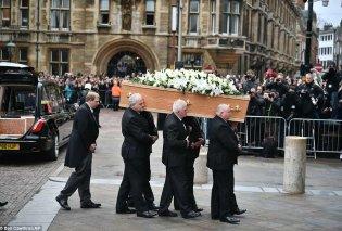 Πλήθος κόσμου αποχαιρέτησε τον Stephen Hawking- Συγκίνηση στην κηδεία του κορυφαίου επιστήμονα (ΦΩΤΟ-ΒΙΝΤΕΟ) - Κυρίως Φωτογραφία - Gallery - Video