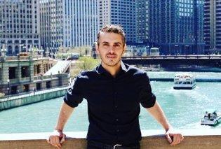 Ο Μιχάλης Χατζηγιάννης στην καρδιά του Σικάγο δίπλα στο κτίριο του ΝΒC & της Chicago Tribune  - Κυρίως Φωτογραφία - Gallery - Video