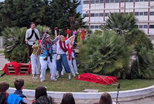 Η panDEMOnium σκόρπισε χαρά & συγκίνηση με τον περίφημο «ΟΔΥΣΣΕΒΑΧ»- Καταχειροκροτήθηκε η θεατρική ομάδα των εργαζομένων της DEMO - Κυρίως Φωτογραφία - Gallery - Video