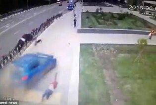 Η στιγμή που αυτοκίνητο πέφτει σε 3 μαθητές, τους πετά στον αέρα - Είχαν όμως καλό άγγελο κι έζησαν (VIDEO) - Κυρίως Φωτογραφία - Gallery - Video