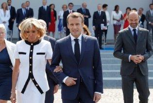 Η Μπριζίτ Μακρόν έβαλε ένα Louis Vuitton & γιόρτασε αγκαζέ με τον κομψότατο νεαρό σύζυγο της την Εθνική επέτειο της Γαλλίας (φωτο-βιντεο) - Κυρίως Φωτογραφία - Gallery - Video