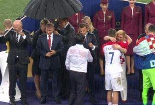 Φωτό- Βίντεο: Απονομή με βροχή καταρρακτώδη- Ο Πούτιν άψογος κάτω από την ομπρέλα- Βρεγμένοι ως το κόκαλο ο Μακρόν & η Κροάτισσα Πρόεδρος - Κυρίως Φωτογραφία - Gallery - Video