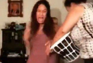 Ξεκαρδιστική σκηνή: Η μητέρα πήρε την παντόφλα & χτυπάει τις κόρες γιατί κουνάνε τον π@πό τους στον χορό! (BINTEO) - Κυρίως Φωτογραφία - Gallery - Video