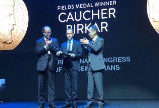 Έκλεψαν το μετάλλιο Φιλντς από τον Κούρδο μαθηματικό που το κατέκτησε μετά την απονομή - Κυρίως Φωτογραφία - Gallery - Video