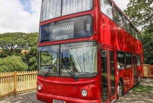 Ένα διώροφο λονδρέζικο λεωφορείο έγινε ξενοδοχείο - Εμπνευσμένο από βιβλίο της Αγκάθα Κρίστι μάς μεταφέρει στη δεκαετία του '50 (Φωτό) - Κυρίως Φωτογραφία - Gallery - Video