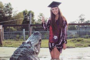 Με έναν τεράστιο αλιγάτορα 4,30 μέτρων γιόρτασε την αποφοίτηση της μια 21χρονη στο Τέξας (Φωτό & Βίντεο) - Κυρίως Φωτογραφία - Gallery - Video