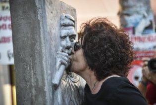 Στο μνημείο του Παύλου Φύσσα η μητέρα του – Το φίλησε και άναψε καντήλι - Κυρίως Φωτογραφία - Gallery - Video