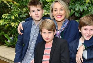 Η  Σάρον Στόουν επιτελούς ανεβάζει φώτο με τους 3 γιους της - Μεγάλωσα κουκλιά!   - Κυρίως Φωτογραφία - Gallery - Video