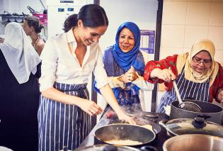 Η Μέγκαν Μαρκλ στην κουζίνα μαγειρεύει και χαμογελά όπως πάντα (Φωτό) - Κυρίως Φωτογραφία - Gallery - Video