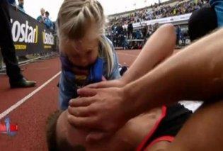 Το βίντεο της ημέρας: Η λιλιπούτεια τρισχαριτωμένη κόρη του μαραθωνοδρόμου τι κάνει όταν βλέπει τον μπαμπά στο έδαφος - Κυρίως Φωτογραφία - Gallery - Video