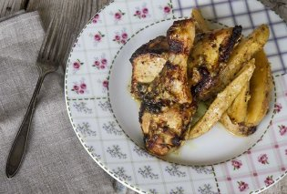 Ζουμερό και λεμονάτο κοτόπουλο με πατατούλες από τον Άκη Πετρετζίκη (Βίντεο) - Κυρίως Φωτογραφία - Gallery - Video