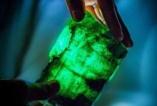 Νέο σμαράγδι- «γίγας» στη Ζάμπια: Έχει 5.655 καράτια & ζυγίζει 1 κιλό - Φώτο   - Κυρίως Φωτογραφία - Gallery - Video