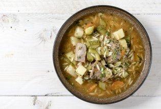 Ο Άκης Πετρετζίκης μας μαγειρεύει την «πιο μαμαδίστικη» κρεατόσουπα με κριθαράκι - Κυρίως Φωτογραφία - Gallery - Video