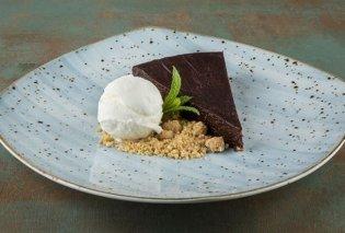 Ο Άκης Πετρετζίκης φτιάχνει σοκολατόπιτα που τα «σπάει» με την καλύτερη συνταγή! (Βίντεο) - Κυρίως Φωτογραφία - Gallery - Video