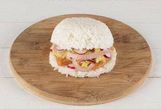 Ο Άκης Πετρετζίκης φτιάχνει sushi burger: Το μυστικό είναι στο κρεμμυδάκι τουρσί - Κυρίως Φωτογραφία - Gallery - Video