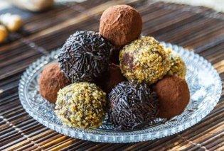 Ο Άκης Πετρετζίκης φτιάχνει λαχταριστές, μικρές τρούφες σοκολάτας: Θα ξετρελαθούν όλοι! (Βίντεο) - Κυρίως Φωτογραφία - Gallery - Video