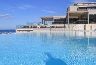 Στο σφυρί για €13 εκατ. το περίφημο ξενοδοχείο στην Κρήτη που έκανε διακοπές ο δολοφονηθείς Ούλωφ Πάλμε με τον Ανδρέα Παπανδρέου - Κυρίως Φωτογραφία - Gallery - Video