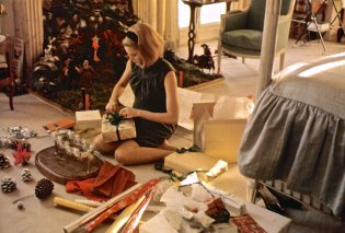 Vintage story: Όταν η Γκρέις Κέλι στόλιζε το χριστουγεννιάτικο δέντρο - Αλβέρτος, Καρολίνα & Στεφανί βοηθοί! - Φώτο - Κυρίως Φωτογραφία - Gallery - Video